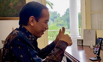 Presiden Joko Widodo melakukan panggilan video dengan Greysia Polii dan Apriyani Rahayu, setelah pasangan ganda putri bulutangkis Indonesia tersebut meraih medali emas di perhelatan olahraga akbar Olimpiade Tokyo 2020.